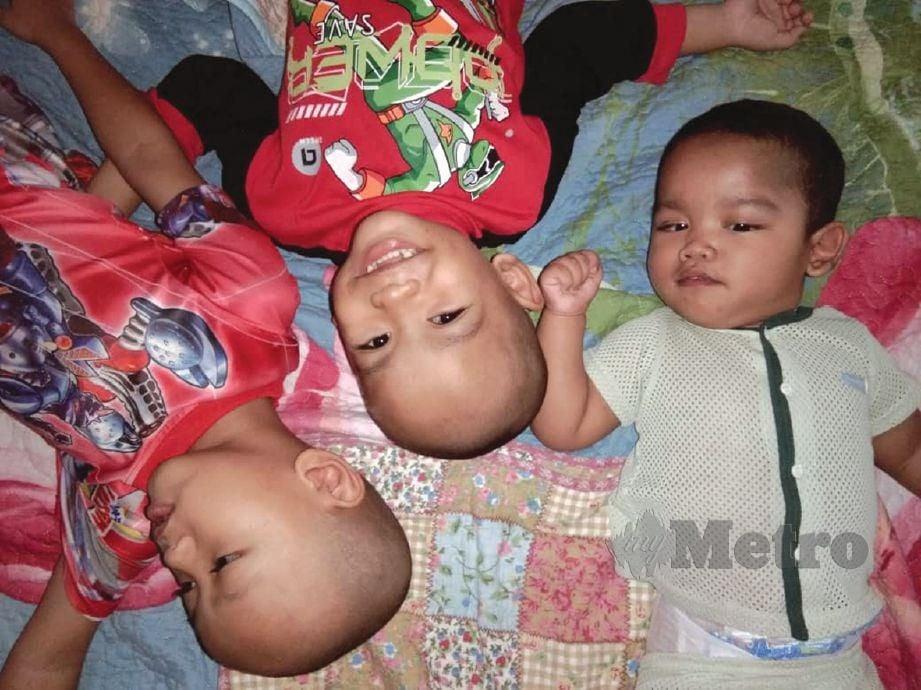 MUHAMMAD Amsyar bersama dua abangnya yang berusia empat dan lima tahun.