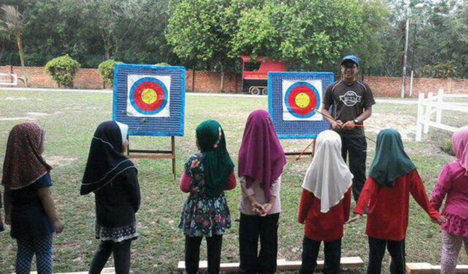 KANAK-KANAK tadika mendengar penerangan Usamah sebelum memulakan latihan memanah.