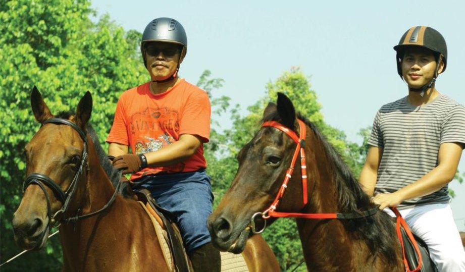 USAMAH (kiri) dan ayahnya beriadah dengan menunggang kuda pada waktu petang.
