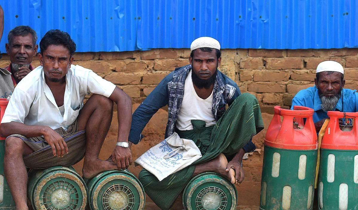 ETNIK Rohingya yang menetap di kem pelarian di Bangladesh. FOTO AFP