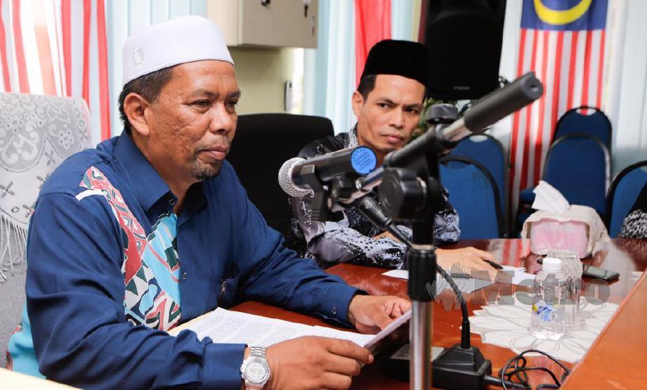 Wan Roslan (kiri) ketika bercakap mengenai perlantikan Wan Abdul Rahim sebagai presiden baharu KAFA. FOTO Syamsi Suhaimi