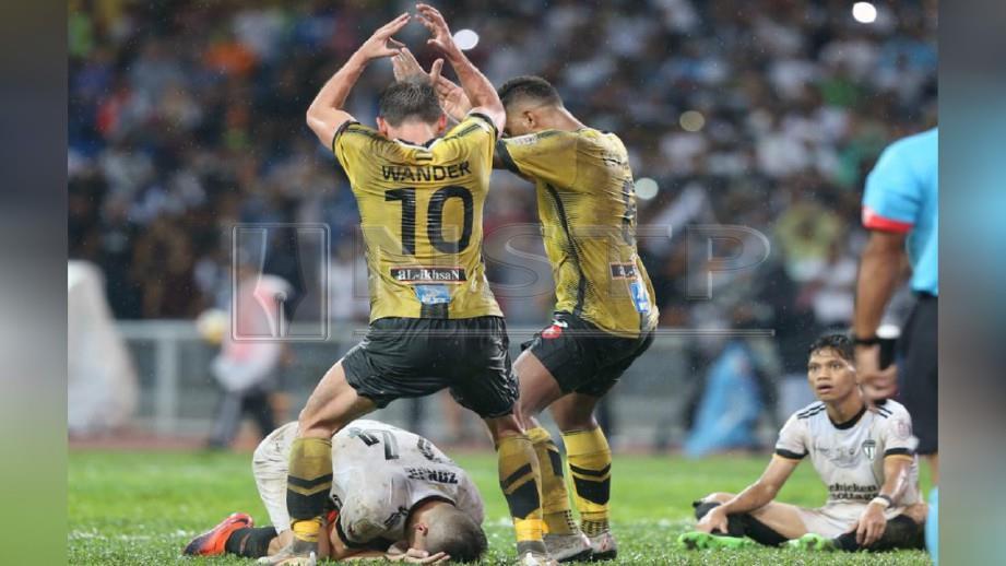 AKSI Leandro dan Wander Luiz menari selepas Zonjic tertampan gol sendiri pada perlawanan final Piala Malaysia 2018, semalam.