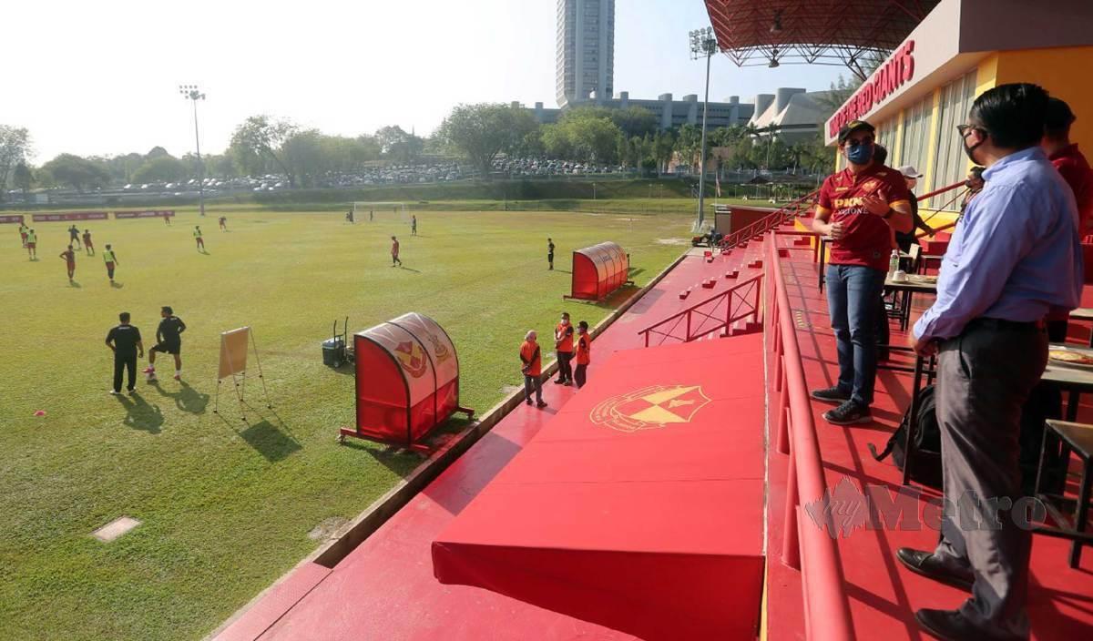 WAN Ahmad Fayhsal pada lawatan pemantauan pemain Selangor menjalani sesi latihan dalam tempoh Perintah Kawalan Pergerakan (PKP) di padang SUK, Seksyen 5, Shah Alam. FOTO Muhd Asyraf Sawal