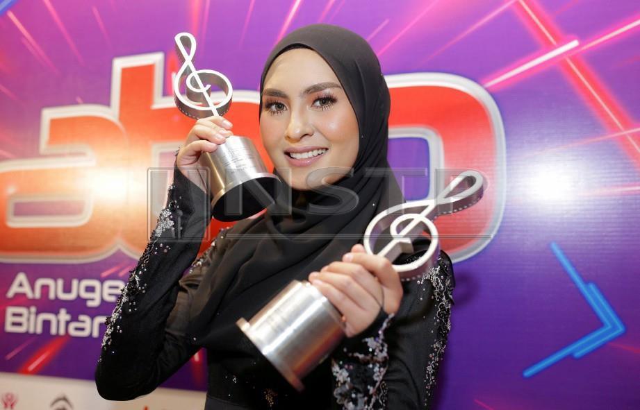 WANY bersama anugerah Bintang Paling Popular dan Penyanyi Wanita Popular di malam kemuncak ABPBH 31 di Pusat Konvensyen Putrajaya, Ahad lalu. FOTO - Nurul Syazana Rose Razman/NSTP