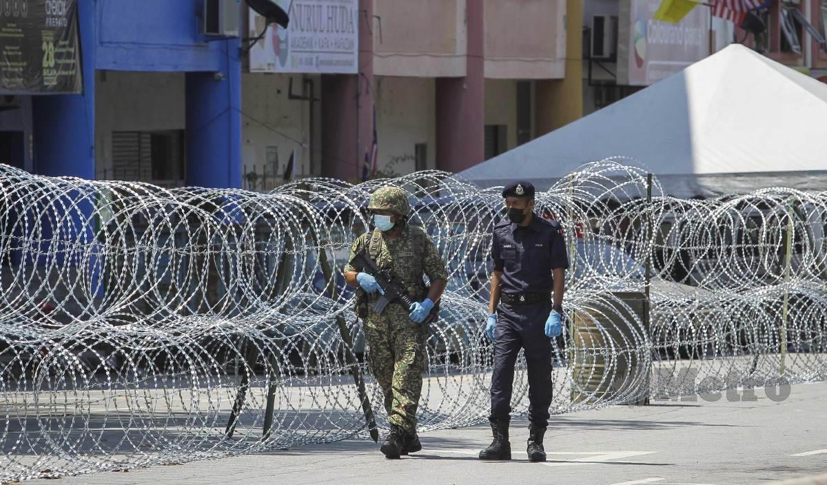 ANGGOTA keselamatan mengawal laluan masuk di kawasan Putra Point berikutan pelaksanaan Perintah Kawalan Pergerakan Diperketatkan (PKPD). FOTO Arkib NSTP