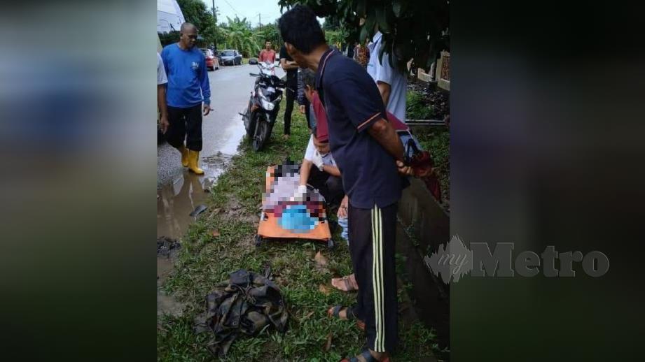 PEGAWAI perubatan memeriksa jenazah Tuan Nur Irdina Najwa atau Wawa selepas kemalangan di Kampung Gong Tanah Merah, Jertih, hari ini. FOTO ihsan pembaca.