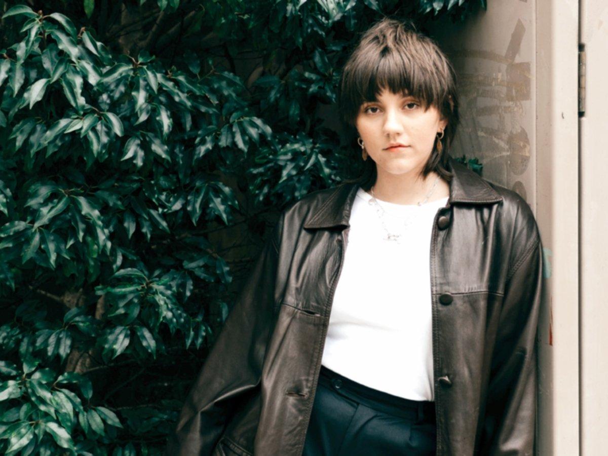 PADANAN jaket kulit hitam dan kemeja-T putih menonjolkan gaya ranggi.