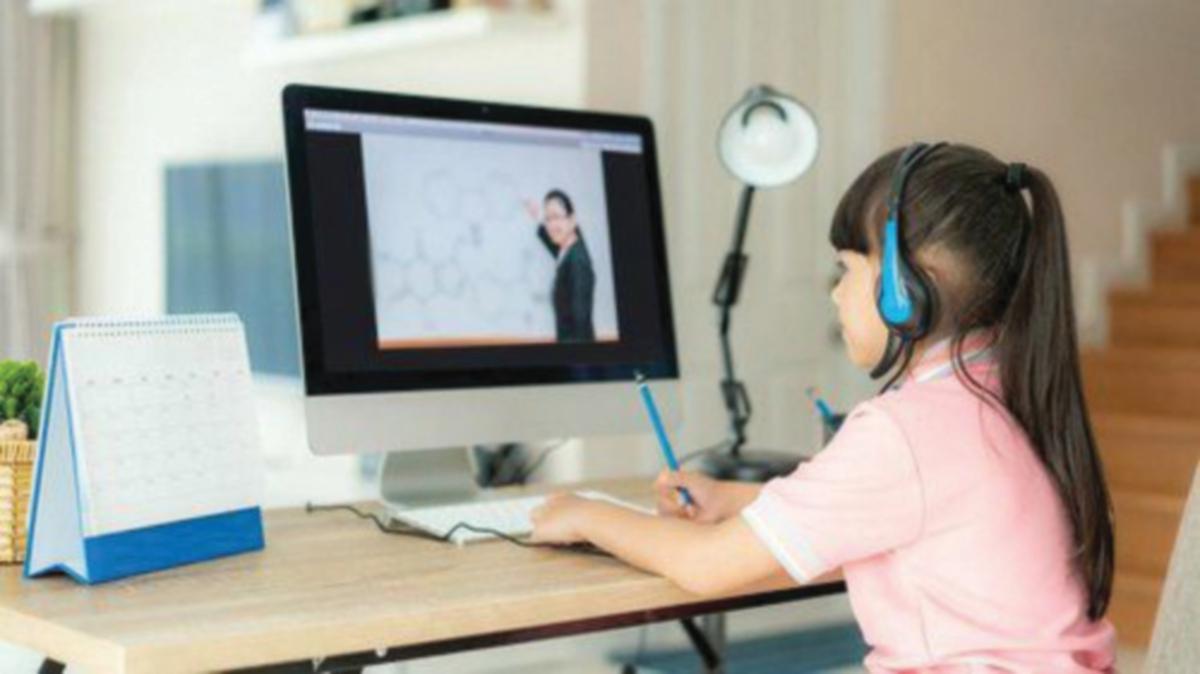ANAK -anak belajar atas talian.
