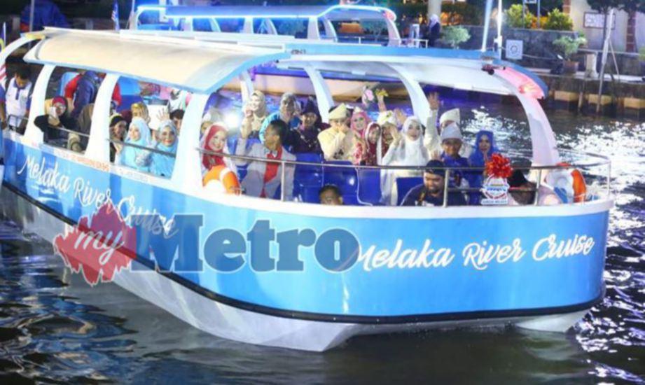ANTARA pasangan pengantin di Majlis Persandingan Perdana Peringkat negeri sempena Festival Antarabangsa Sungai Melaka 2017 di Dataran Sungai Melaka, Kampung Morten. FOTO Muhammad Zuhair Zubir