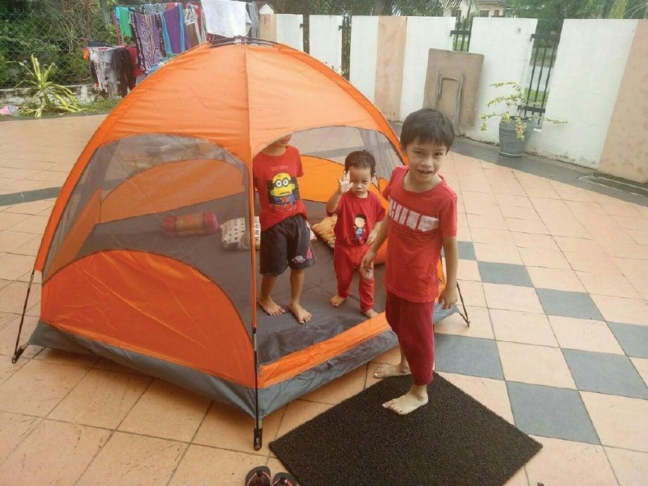 MEMASANG khemah membuatkan anak-anak rasai pengalaman seperti di luar. FOTO Ihsan Balkish Ahmad Sahimi