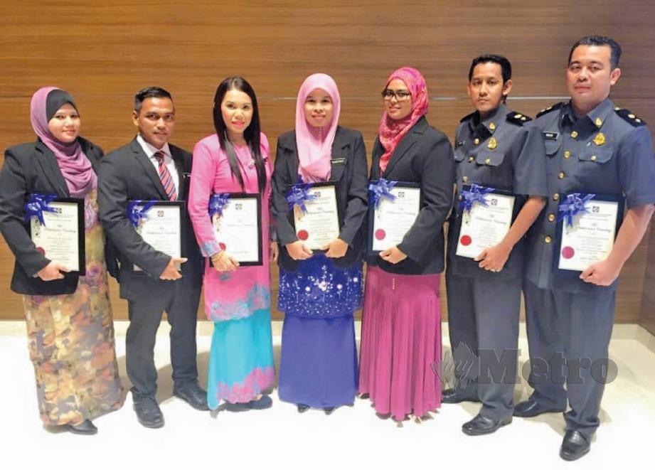 NORSHAKILA (tiga dari kiri) mendapat Anugerah Perkhidmatan Cemerlang 2014 ketika menjawat jawatan pembantu penguat kuasa.