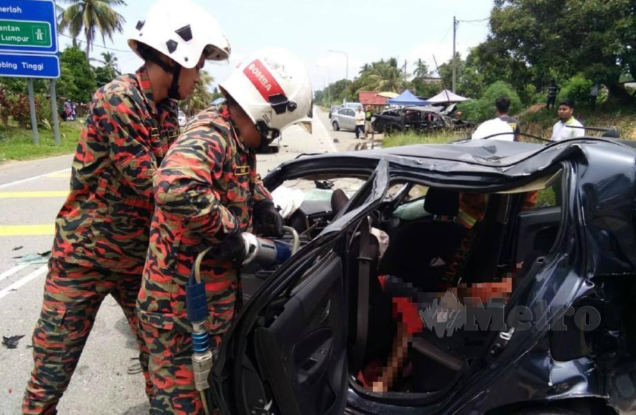ANGGOTA bomba berusaha mengeluarkan mangsa dalam kemalangan membabitkan empat kenderaan di Kilometer 14 Jalan Jerantut-Temerloh dekat Kampung Tebing Tinggi, Jerantut, hari ini. FOTO Roselan Ab Malek.