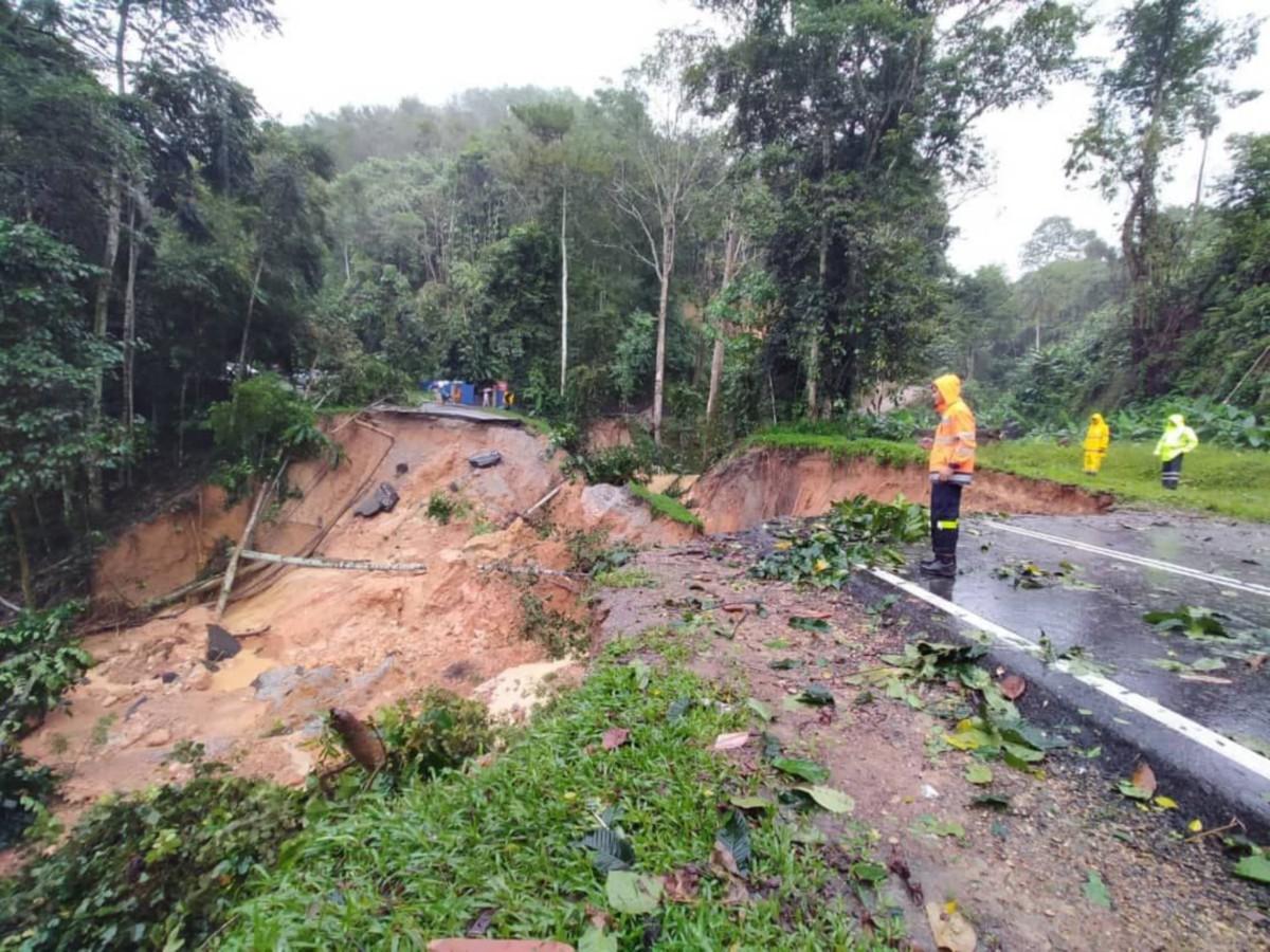 JALAN lama Bentong Raub ditutup kepada  semua  kenderaanraan  apabila berlaku tanah runtuh  sepanjang 50 meter pada 11.50 pagi tadi. FOTO IHSAN JKR BENTONG