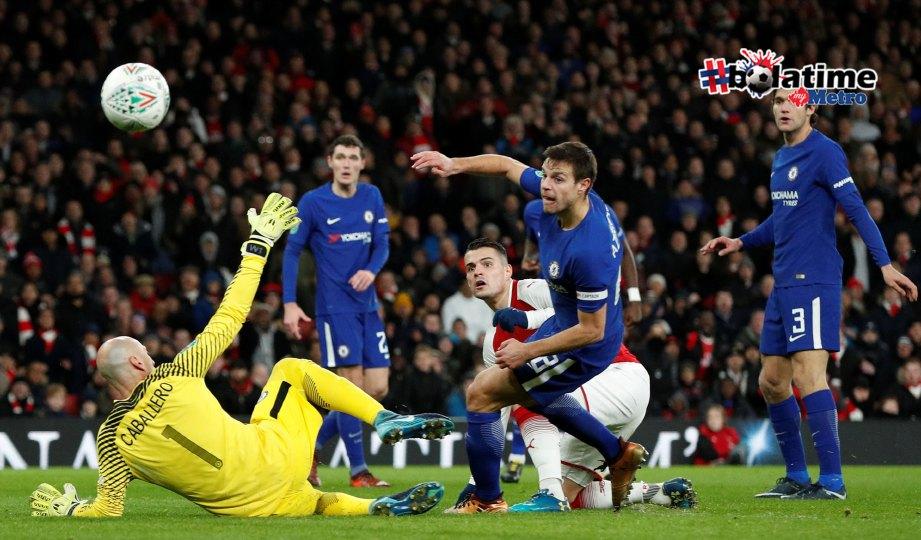 XHAKA (tiga dari kanan) menjaringkan gol kemenangan Arsenal menentang Chelsea di Stadium Emirates. FOTO Reuters
