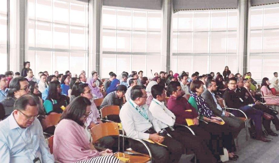 ORANG ramai hadir mendengar ceramah daripada Dr Ariffin.