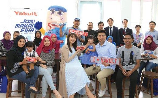 SELEBRITI Scha Alyahya bersama peserta Jom Makan Sihat di Bangsar baru-baru ini.