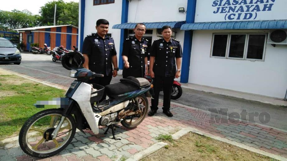 Nor Azmi (tengah) menunjukkan motosikal yang ditemui semula selepas hilang di sebuah restoran di Sekinchan, Sabak Bernam. Foto Amirul Aiman Hamsuddin