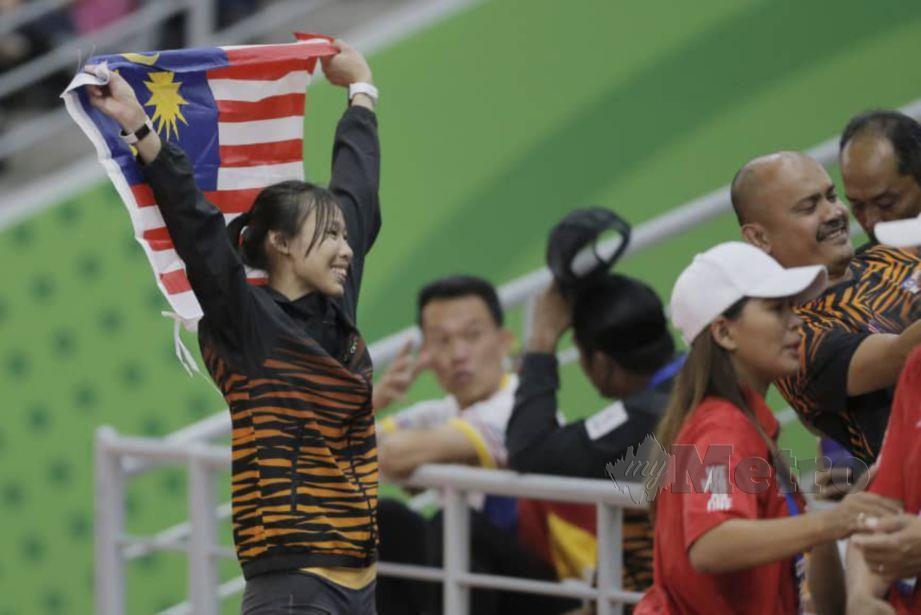 SEAN Yee (kiri) meraikan kejayaannya memenangi pingat emas lompat tinggi wanita di Clark City, hari ini. — FOTO Aizuddin Saad