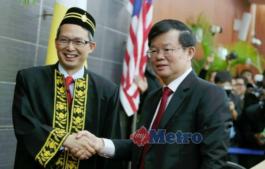 LAW (kiri) bersalaman dengan Chow selepas dilantik YDP DUN Pulau Pinang bagi Mesyuarat DUN Ke-14 di DUN Pulau Pinang, Georgetown, hari ini. FOTO Mikail Ong.