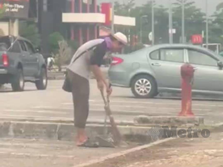 ZUL Yahya membersih sampah di sekitar Taman Meru, Ipoh.