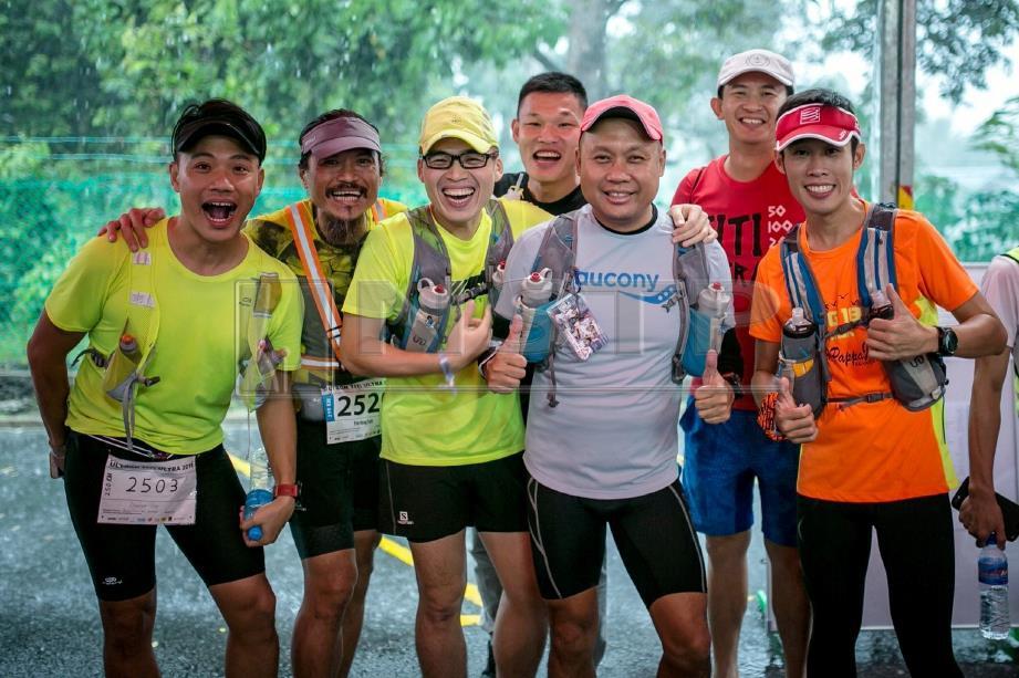 YIM (dua dari kiri) bergambar kenangan dengan peserta yang menyertai kejohanan ultra maraton bersamanya.