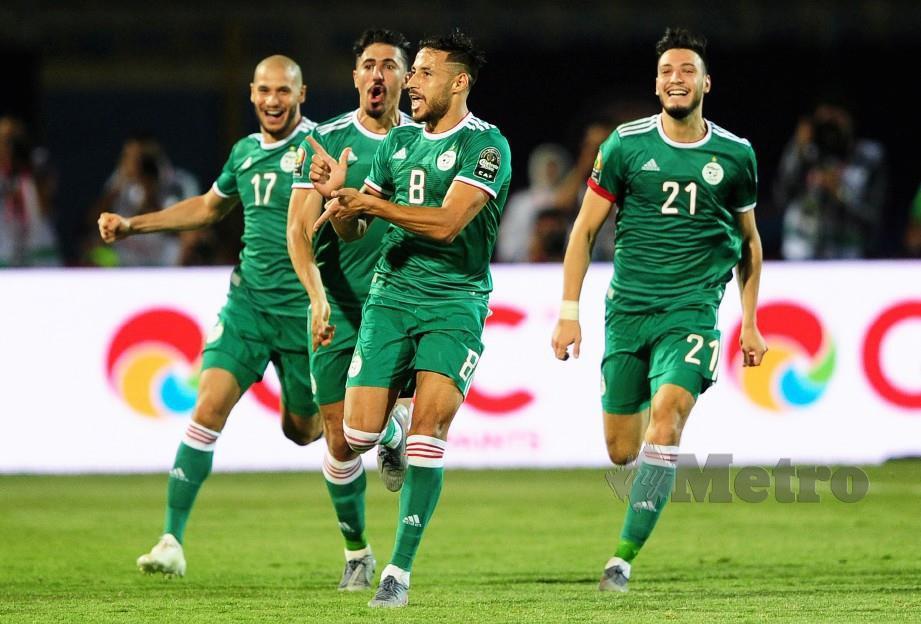 BELAILI (dua kanan) meraikan gol kemenangan bersama rakan sepasukan di Stadium 30 Jun, Kaherah, awal pagi tadi. — FOTO EPA