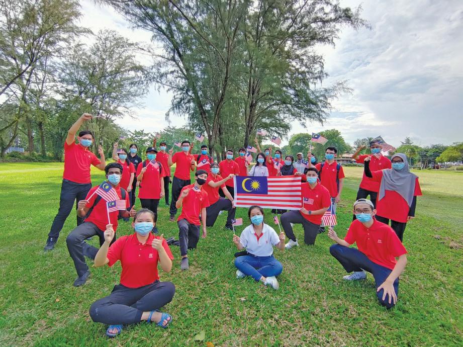 PENUNTUT YSD Excellence meraikan Hari Kebangsaan ketika lawatan ke Pusat Penyelidikan Bakau di Pulau Carey.