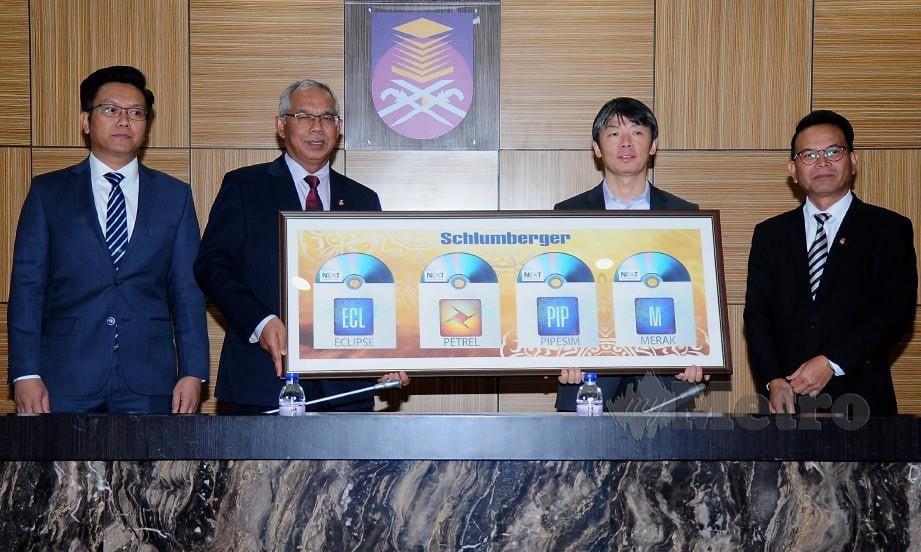 MOHD Azraai (dua dari kiri) menerima replika Perisian Minyak dan Gas Schlumberger daripada Haitao Sun (dua dari kanan) pada Majlis Penyerahan Rasmi Perisian Minyak dan Gas Schlumberger kepada Fakulti Kejuruteraan Kimia di Bangunan Canselori UiTM Shah Alam. FOTO BERNAMA