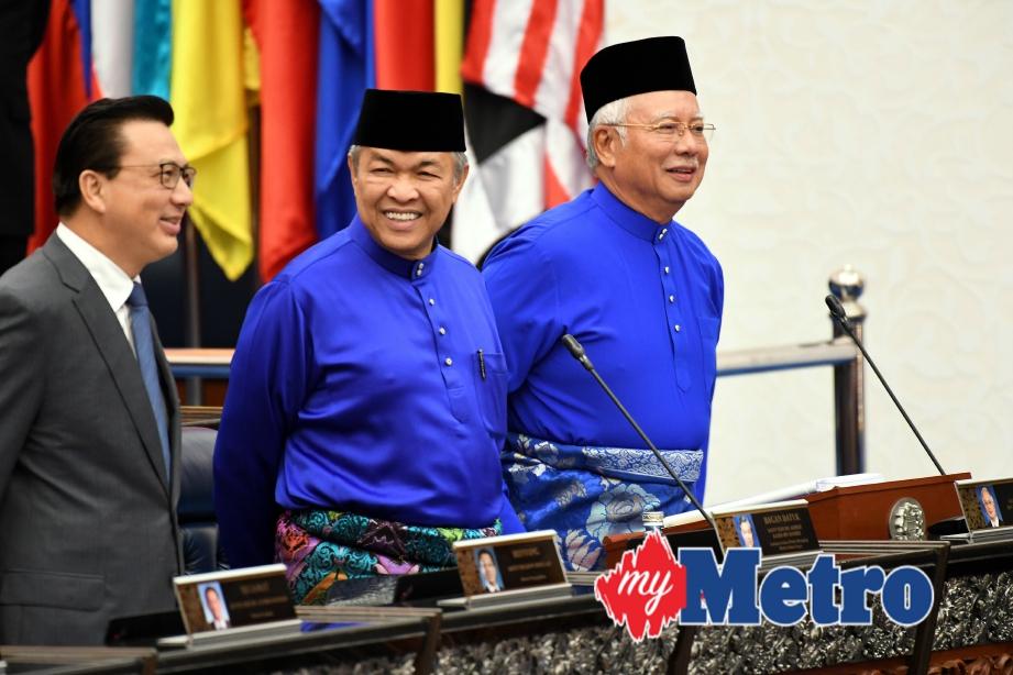 Najib dan Ahmad Zahid sebelum sesi pembentangan Bajet 2018 di Dewan Rakyat.