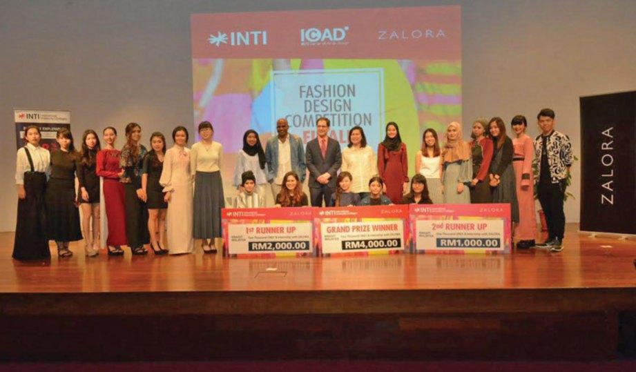 JURI bersama finalis Pertandingan Rekaan Fesyen INTIxZALORA selepas selesainya majlis penyampaian hadiah.