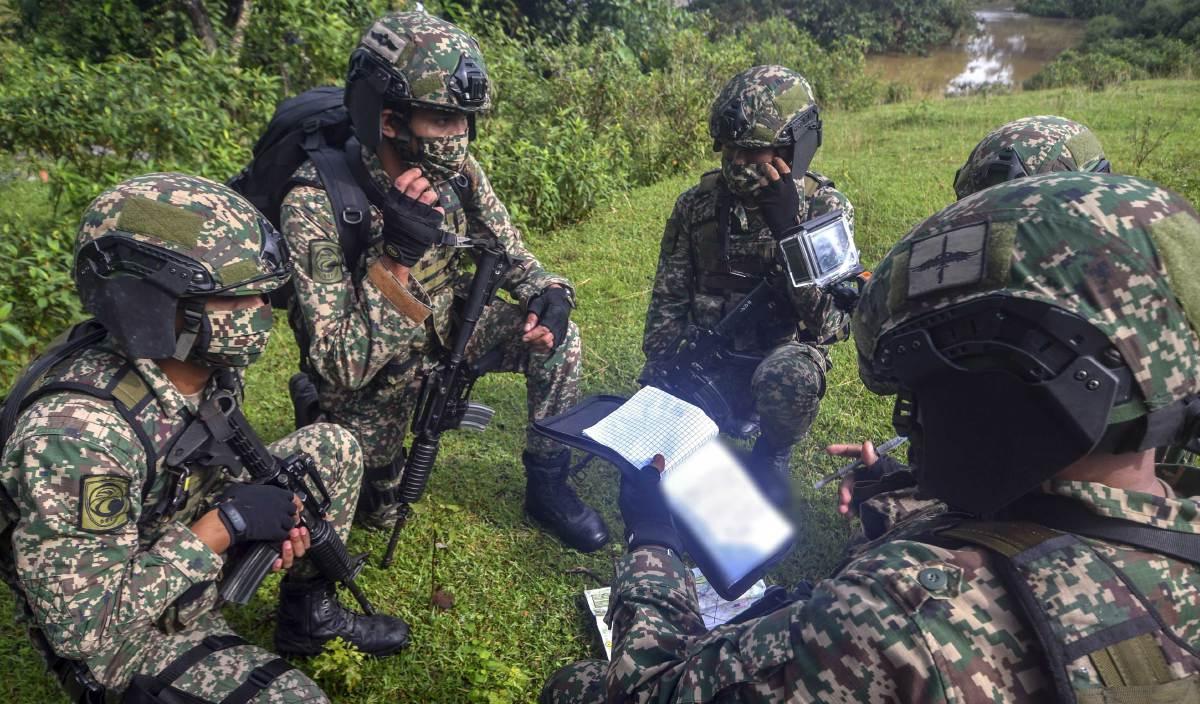 ANGGOTA ATM daripada Batalion Ke-6 Rejimen Askar Melayu Diraja (6 RAMD) mendengar taklimat sebelum melakukan rondaan. FOTO BERNAMA
