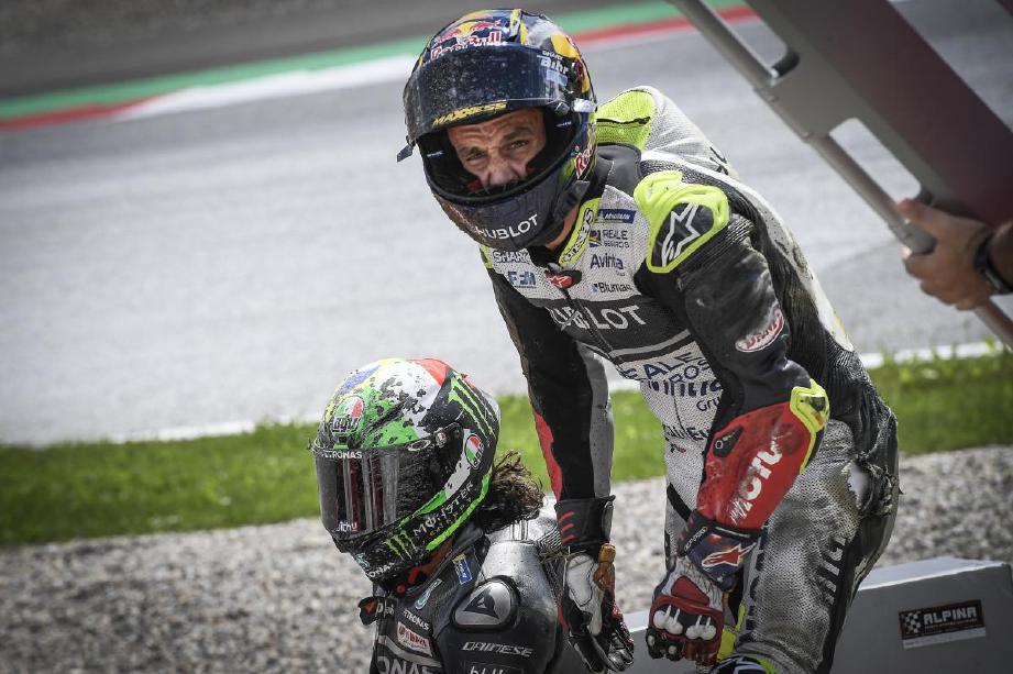 ZARCO (kanan) cuba membantu Morbidelli selepas kedua-duanya terbabit dengan kemalangan pada Ahad lalu. FOTO Agensi