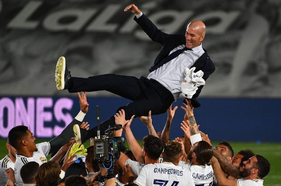 ZIDANE dijulang pemain Real Madrid selepas muncul juara La Liga. FOTO AFP