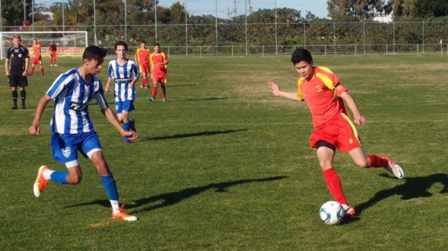 HAZIQ (kanan) ketika beraksi bersama kelab di Australia.