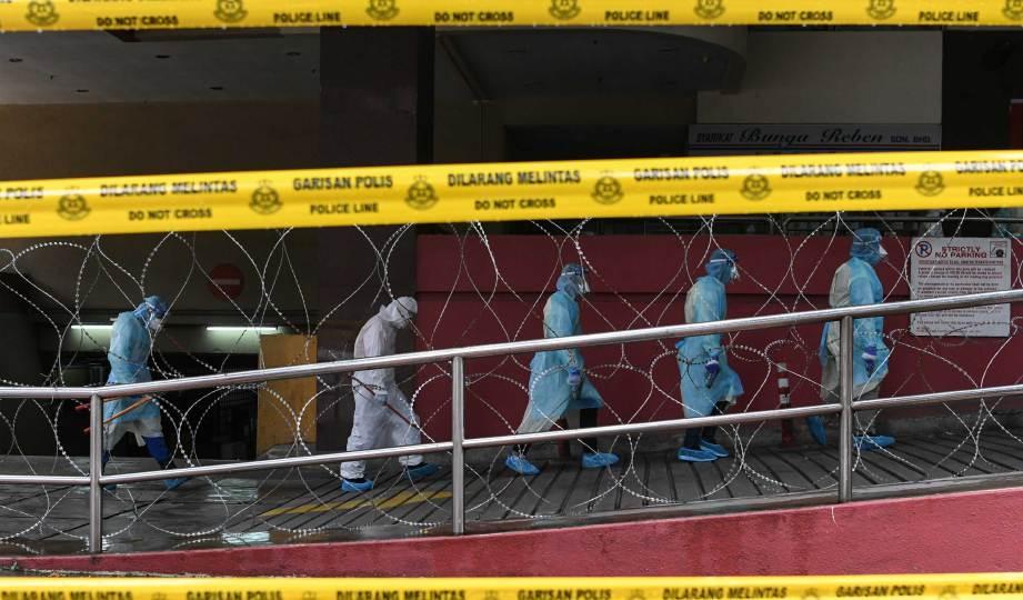 BANGUNAN Plaza City One dikategorikan zon merah berikutan pelaksanaan Perintah Kawalan Pergerakan Diperketatkan (PKPD). FOTO BERNAMA