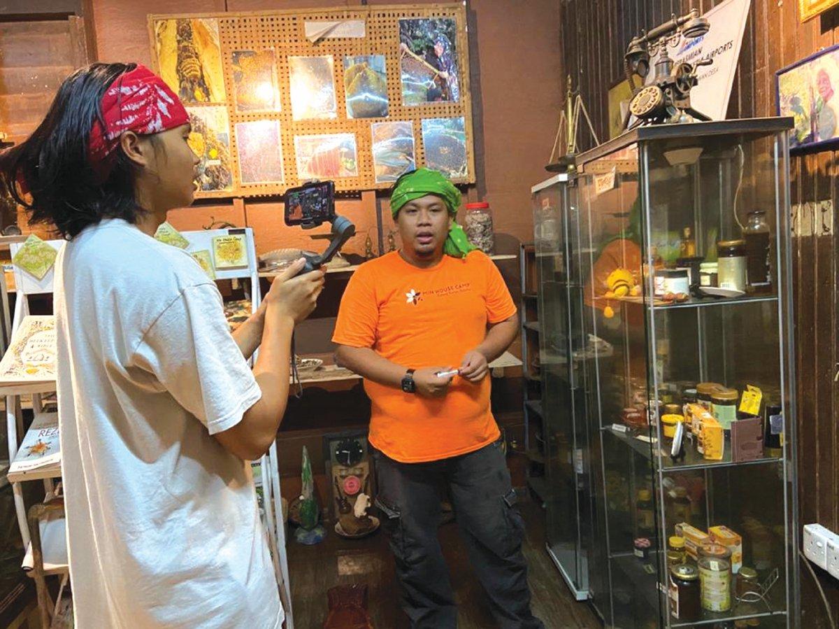 NUR Muhammad membawa pelancong maya melawat ke galeri lebah kelulut.